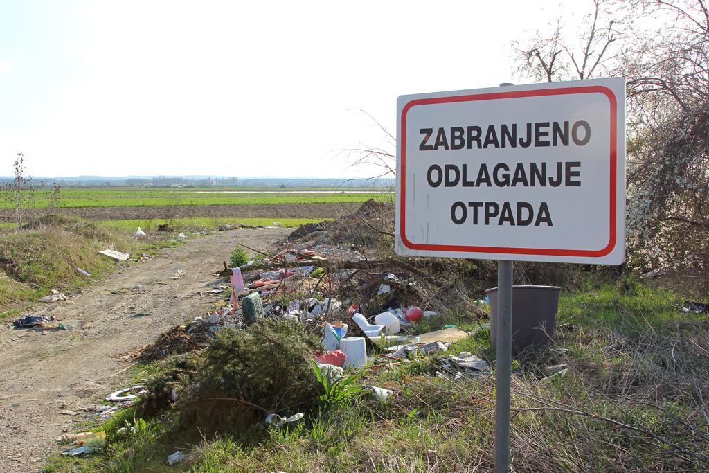 tabla-zabranjeno-odlaganje-otpada,-otpad-u-prirodi,-smece