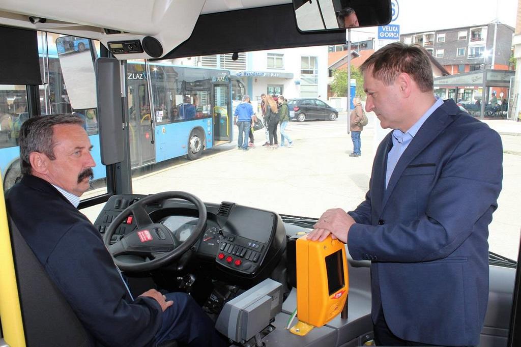 bus hibrid gradonačelnik Barišić i vizač u busu foto facebook