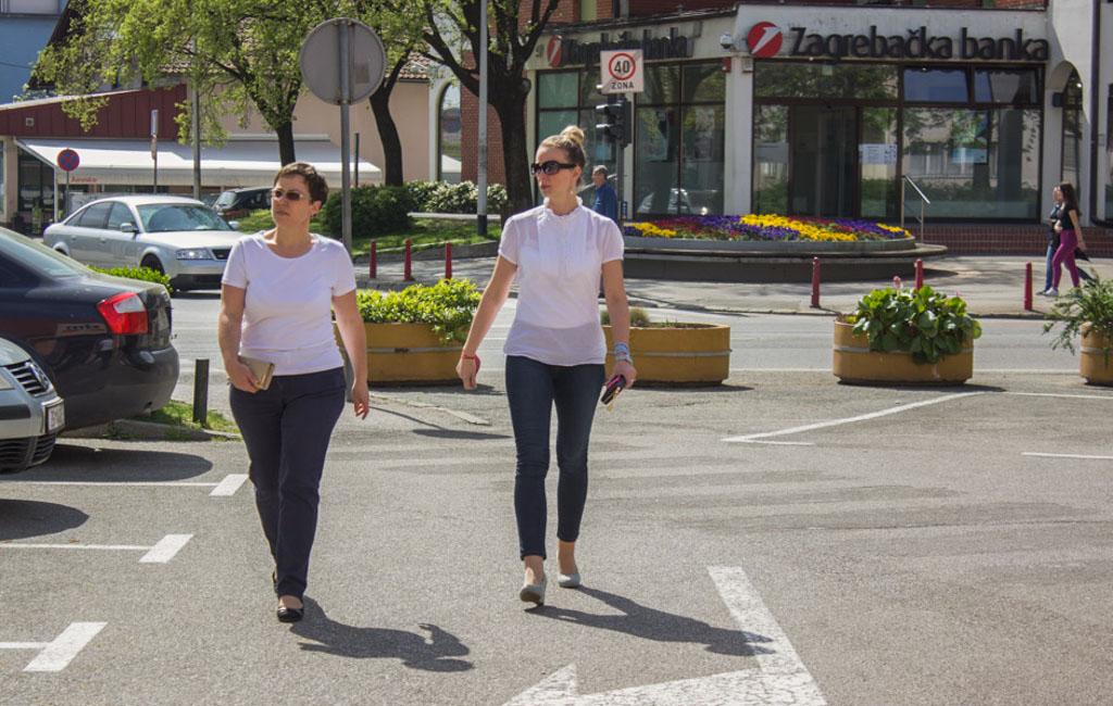 ljudi cesta park hodanje šetnja igra druženje sunce  (4)