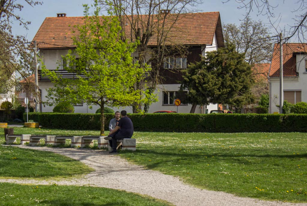 ljudi cesta park hodanje šetnja igra druženje sunce (5)