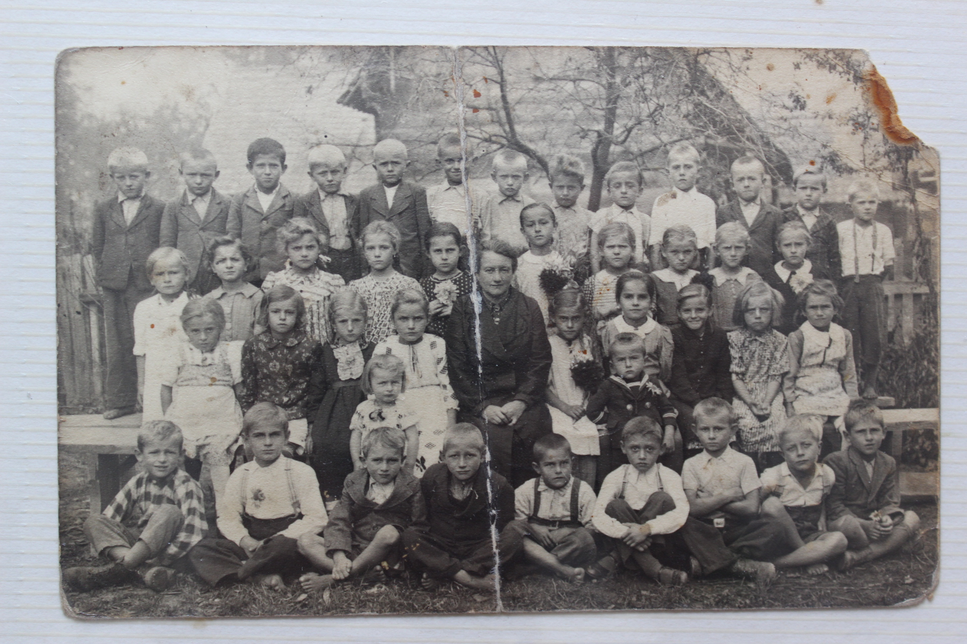 Stara škola u Kučama, klasa '41 učiteljice Marije Hajek